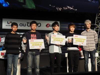 大会最後のフォトセッションには上位入賞の3人とともに、例外的ライセンス発行によって『パズル&ドラゴンズ』のプロライセンスを獲得している「LUKA」選手(右)と、同じくジュニア・プロライセンスを持つ「ゆわ」選手(左)も登壇