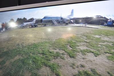 リコーの全天球カメラ「THETA S」で撮影した全天球写真。前方の航空機やヘリコプターの部分に黄色い点線の枠があり、その部分にデジタル一眼で撮影した写真が組み込まれている