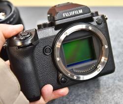 富士フイルムの中判ミラーレス一眼「GFX 50S」。2月28日に販売が始まった