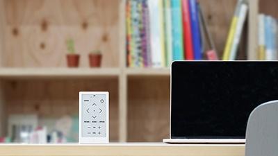 HUISは凹凸のないフラットなデザインを採用しているほか、使わないときは立てた状態で置くことも可能。持ちやすさだけでなく、空間との調和も意識している