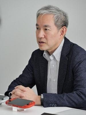 盛田 厚(もりたあつし):ソニー・インタラクティブエンタテインメント 取締役 兼 ソニー・インタラクティブエンタテインメントジャパンアジア プレジデント 兼 フォワードワークス 代表取締役社長。1959年9月生まれ。1982年にソニーに入社後、営業部、企画管理部などを経て、2002年にEHQ 経営企画部門 エリアマネジメント部 部長に就任。その後、2006年にソニー・コンピュータエンタテインメント(SCE)に入社し、経営管理本部 経営管理部 部長に就く。2007年に同社経営管理 SVP、2009年に経営管理 EVPになる。2012年に取締役、2014年9月にSCEジャパンアジアのプレジデントに就任。2016年4月から現職
