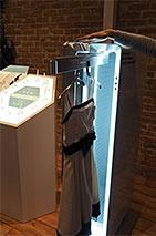 MonStyleの専用デバイス。ハンガーにかけてお気に入りの一着のケアができる。縦長の独特の形状もユニークだ