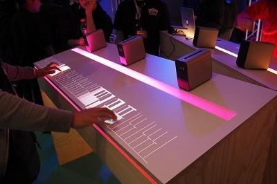 Xpeia Touchを3台並べて、幅の広いピアノを平面に再現。ちゃんと両手で弾けるし、激しく指を動かしても遅延はほとんどなかった