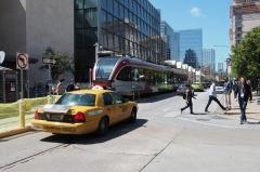 路面電車に見えるが、実は普通の電車で、郊外まで運行している。アメリカ中西部では珍しい公共交通手段だ