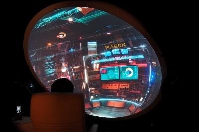 ソニーがSXSWで初めて展示したVRゴーグルを使わないタイプのVR(仮想現実)体験システム。小さいドーム型スクリーンにVR映像を投影し、利用者は椅子に座った状態で視聴する。椅子の動きに合わせて、VR映像も動く。リラックスした状態でVR映像が楽しめるという