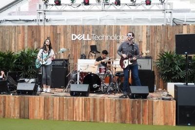 デルのラウンジでは、音楽ライブが開催されていた。このほかAMDやリーバイス、アディダスなどがラウンジを提供していた