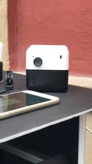 「PLEN Cube」は、カメラの上部が360度回転するアシスタントロボット。動きが生き物のように滑らかでシンプルな形なのに愛嬌(あいきょう)のあるインタラクションが可能だ