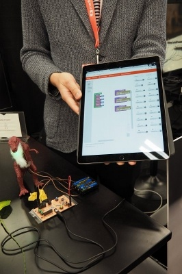 現在、国内でも注目されているプログラミング教育。Peegarは、スマホやタブレットで作成したプログラムを、イヤホン端子経由で簡単にデバイスに転送できるシステムだ。プログラミングについても、スクラッチと同様にタッチ操作などで簡単にコードを記述できる