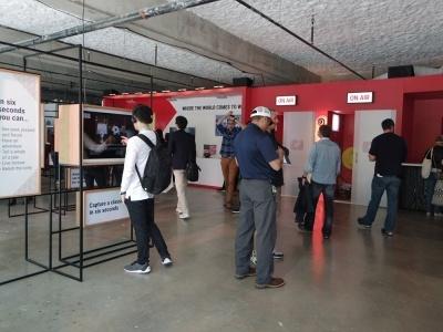 YouTubeは前半に来場者のコミュニティスペースを提供、後半はライブハウスを出展していた。写真は前半の展示スペース