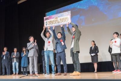 ゲームソフト部門の大賞を受賞したTeam.SCには賞金の30万円のほか副賞が贈られた