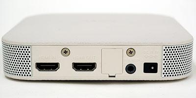 ワイヤレスユニットの背面。HDMI入出力とAVマウス出力を各1基備え、パススルーにも対応する