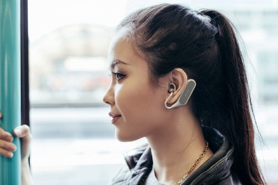 ソニーモバイルの「Xperia Ear Duo」は、注目の開放型&音声アシスタント対応ワイヤレスヘッドセットだ