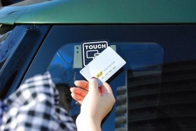 予約当日は、予約したクルマのカード読み取り部に会員カードをかざしてドアロックを解除して乗車する