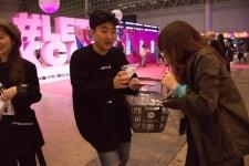 韓国ファッション通販サイト「KONVINI(コンビニ)」は三角の透明ケースに入った白いソックスを無料配布。150もの韓国ブランドを扱い、韓国ファッション通販サイトとしては日本最大級。昨年3月にはラフォーレ原宿にも店舗がオープンしている