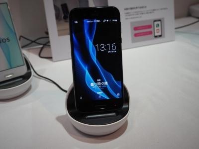 シャープが新スマートフォン「AQUOS R」の周辺機器として投入する「ロボクル」。利用者を認識して振り向くなど、エモパーをよりロボット的に活用できる