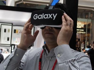 サムスンの「Gear VR」に代表される、スマートフォンを装着して利用するVRゴーグルは、スマートフォンと周辺機器との合体で新しい価値を生み出した好例といえる