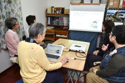 若宮さんは、自宅に友人を招いて定期的にパソコン教室を開いている。おしゃべりを楽しみつつ、インターネット詐欺や悪意のあるマルウエアなどを分かりやすく解説する