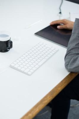 普段からワイヤレスのキーボードと小さなiPadスタンドも持ち歩いている。「台本もすぐに書き換えられる」(佐藤監督)