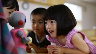 みーぼは、園児の顔や表情を認識して自動で写真を撮ったり、音楽に合わせて子どもと一緒にダンスをするなど、先生をサポート。将来的に検温機能も搭載する予定