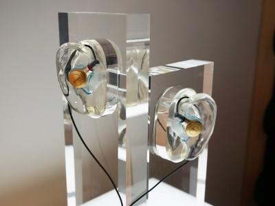 Just earは、音質カスタマイズに対応するモデル「XJE-MH1」(30万円)と、「モニター」「リスニング」「クラブサウンド」の3種類から音質を選ぶ音質プリセットモデル「XJE-MH2」(20万円)を用意する。なお、耳型採取に別途9000円必要だ