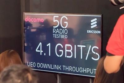 会場では5Gの通信速度がモニターされていた