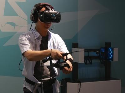 「釣り VR GIJIESTA(ギジエスタ)」では、HMDを装着している利用者の目の前には大自然が広がっている