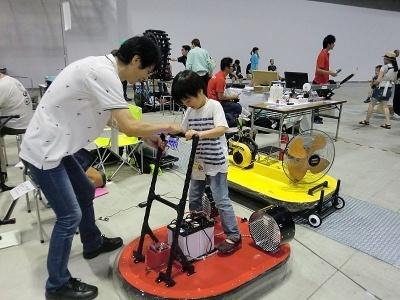 「バランスをとって」と乗り方を指導してくれる制作者の伊東嗣泰氏。開発の経緯や詳細は伊東氏の個人サイトから見られる。