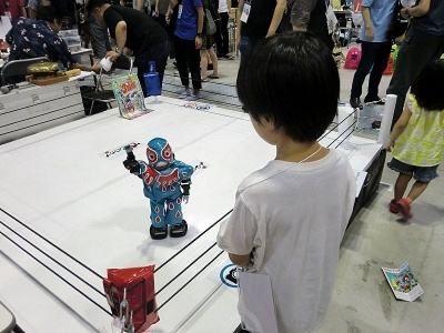 「手を上げて」という長男のリクエストに応えてくれたロボット。出展者は「ロボットプロレス『できんのか!』」