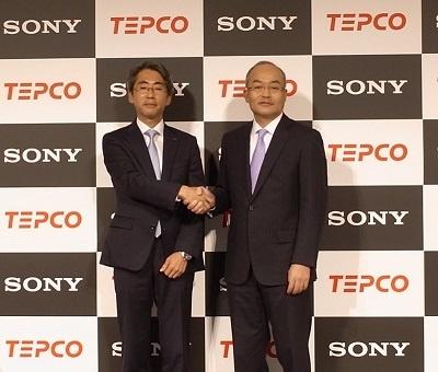 左から東京電力エナジーパートナーの川崎敏寛社長とソニーモバイルの十時裕樹社長