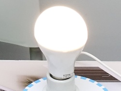 点灯や消灯、光量が調整できるスマートLEDライト。単品の希望小売価格は4980円