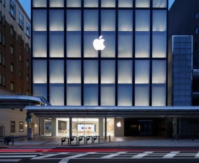 夜間には擦りガラス越しに店舗の照明が明るく灯る。行灯のようなApple京都の外観