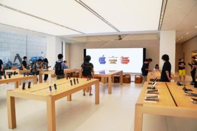 広々としたストアの1階にアップルの代表的なプロダクトや関連アクセサリー製品などが所狭しと並ぶ