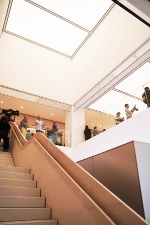 ストアの2階に伸びる階段。ストアの柱や壁、階段の手すりなどにはクパティーノのアップル・パークと同じ石材や金属、木材に漆喰(しっくい)などの素材が使われている