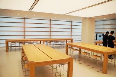 ストアの2階でも「Today at Apple」のプログラムなどが開催される。奥の窓側には国内のストアで最も横長なテーブルを配置したジーニアススペースがある
