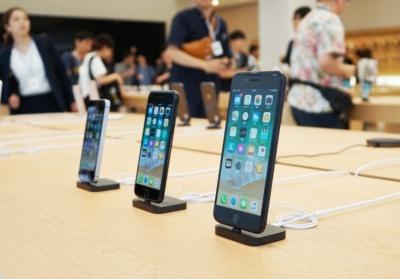 アップルの主力製品の最新機種を体験できる。こちらはiPhoneシリーズ