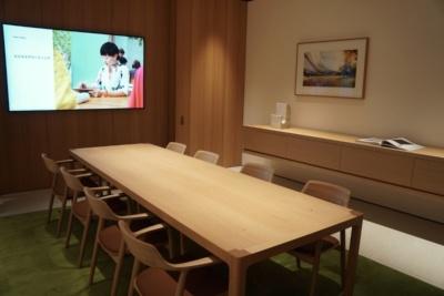 日本国内のストアでは初めて設けられたというBtoB向けの商談スペース「ボードルーム」。クパティーノのアップル・パークのボードルームを再現しているという