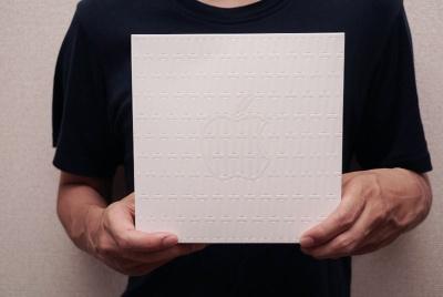 Apple京都オープン記念グッズ。箱には格子柄のエンボス加工がされている
