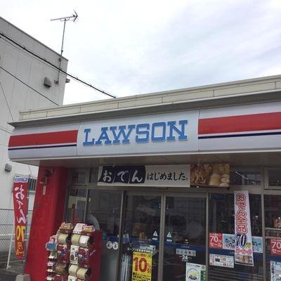 カープの本拠地、広島市民球場近くではローソンさえも赤いという