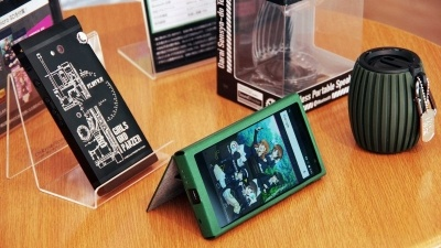 オンキヨーの『ガールズ&パンツァー劇場版』とハイレゾスマホ「GRANBEAT」のコラボモデル。9万9900円(税込・送料込)の本格モデルとなっている。右の手りゅう弾型Bluetoothスピーカー「PHILIPS SBT30」もガルパンコラボモデルだ