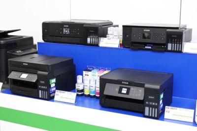 セイコーエプソンは、インクボトル(中央)からインクをドボドボ注いで補充できる大容量インクタンク搭載モデル「エコタンク搭載プリンター」のラインアップを強化。カラリオからの移行を狙う