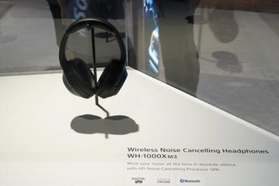 IFA 2018のカンファレンスの壇上で大々的に語られた「WH-1000XM3」。欧州での価格は380ユーロ(日本円に換算して約4万9000円)