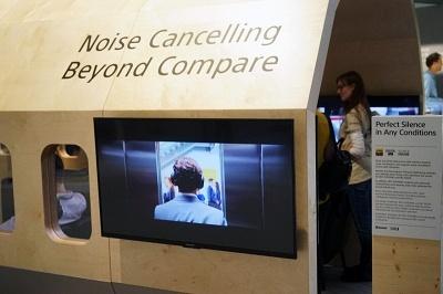 ソニーブースでは空港や航空機を模したブースでノイズキャンセルをアピール