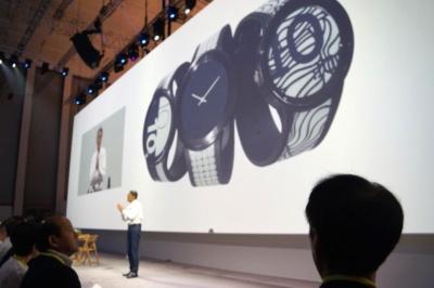 電子ペーパーを採用しデザインを自由に変えられるスマートウォッチ「FES Watch」