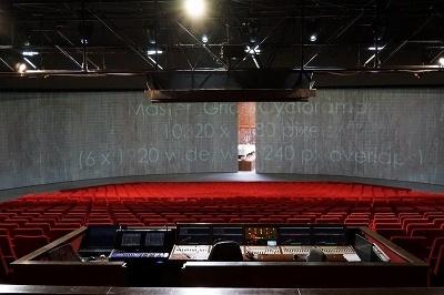 客席と舞台の間には4枚のスクリーンがあり、これらが開閉して舞台が見える(写真はオランダの劇場)