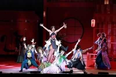 「Season 鳥」は主人公の捨之介役を阿部サダヲが演じた。舞台も衣装も派手なのが劇団☆新感線の持ち味