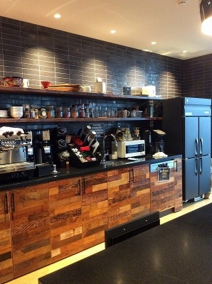 Netflix日本支社のオフィスを入るとすぐにキッチンスペースが。無料で自由に飲食できる