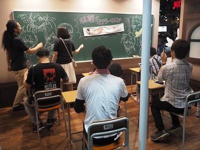 学校の教室をイメージしたxeenのブース。教室の席についてゲームの試遊をするのもユニーク