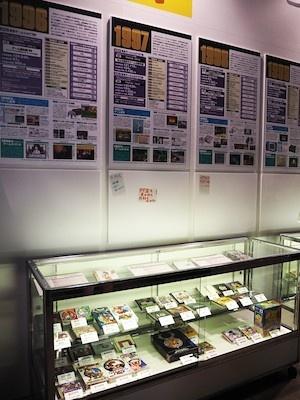 年別の概要が記されたパネルと日本ゲーム大賞受賞作品を併せて展示