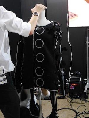 """「Rez Infinite - Synsethesia Suit」は、VRゲーム『Rez Infinite』に合わせて作られた""""着るVR装置""""。26個の振動子により音楽を振動として身体に伝える"""