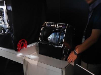 視触覚クローンの装置。写真では伝わりにくいが、ディスプレーの枠の中には何もないのに映像が見えるようになっている